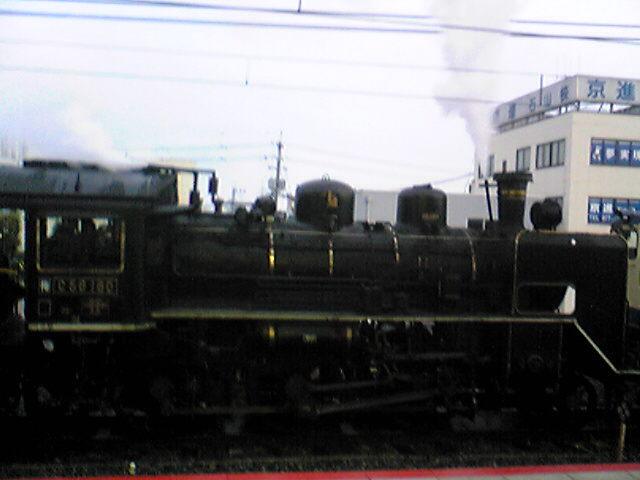 朝、駅に蒸気機関車が、、